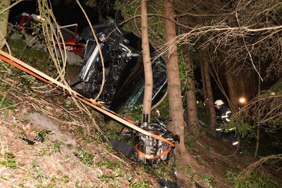 Bäume verhinderten, dass das Auto weiter abstürzte.