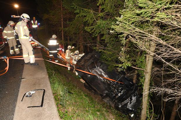 Die Freiwillige Feuerwehr rückte an, um den Fahrer aus dem Auto zu befreien.