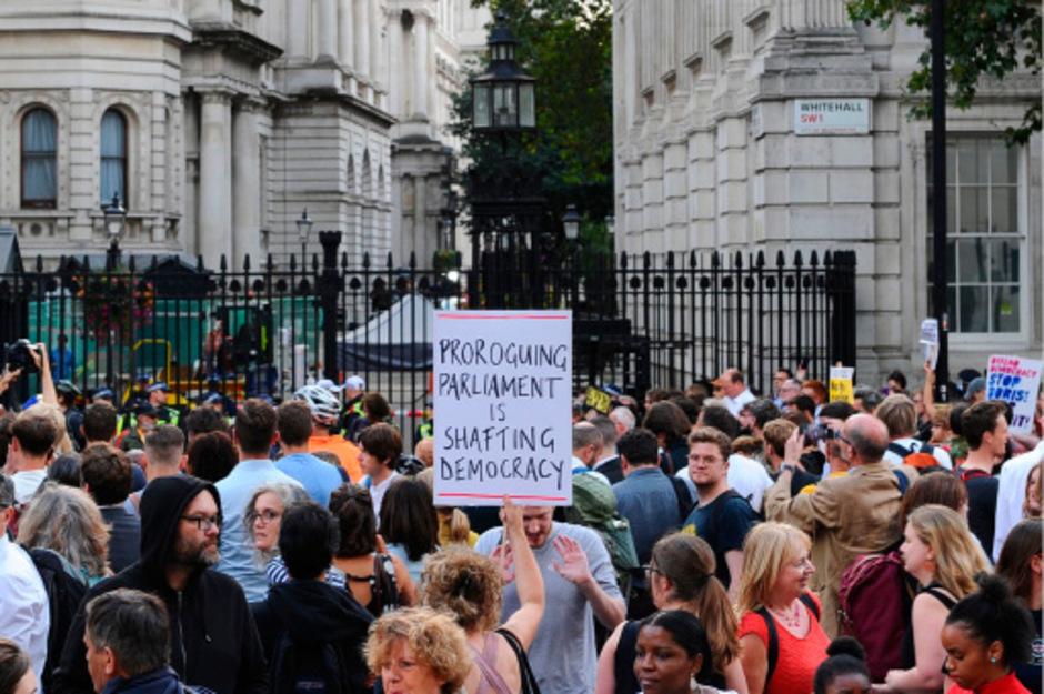 Demonstranten versammelten sich vor dem Regierungssitz Johnsons.