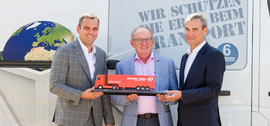 Vertragsunterzeichnung in Reutte: Senior-Chef Dietmar Koler (M.) mit Günter Schmarl (l.) und Hannes Mayr (r., beide Gebrüder Weiss).