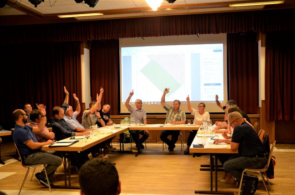 Zehn der fünfzehn Mandatare stimmten für die Widmungsänderung, drei waren dagegen, zwei enthielten sich der Stimme.