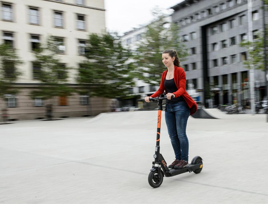 Der nächste Betreiber rollt auf Innsbruck zu. Bisher gibt es kaum Probleme mit den E-Scootern in Innsbruck.