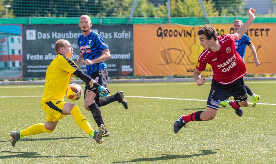 Kufsteins Schlussmann Lukas Tauber (l.) war speziell nach Einwürfen nicht sattelfest. Trotz der Patzer feierte der Torhüter gegen die Reichenau (David Glänzer, r.) mit 2:1 den ersten Saisonsieg.