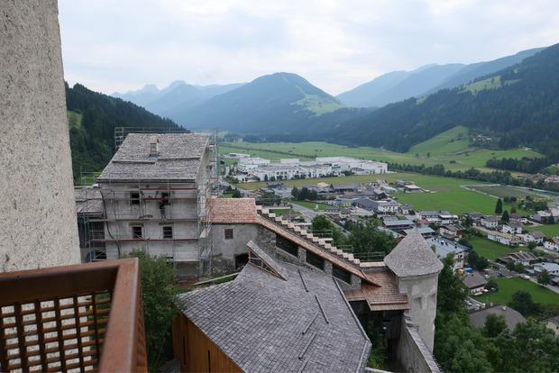 Von einem kleinen Erker oberhalb der Kapelle überblickt man die südlichen Teile der Burg Heinfels.