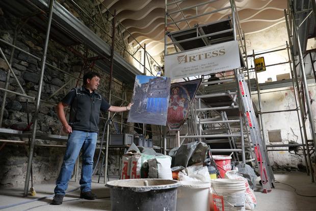 Museumssprecher Peter Leiter zeigt eine Aufnahme des Sakralbaus vor Beginn der Arbeiten.