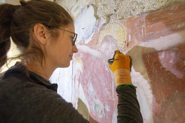 In der Kapelle werden Fresken renoviert.