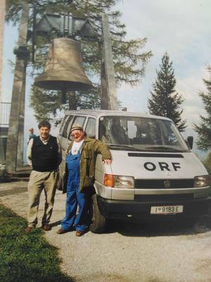 Die Friedensglocke in Mösern, die mit zehn Tonnen die größte Glocke Tirols ist. Friedrich Gundolf (l.) hat sie aufgenommen, so wie fast alle Glocken in Nord-, Ost- und Südtirol.