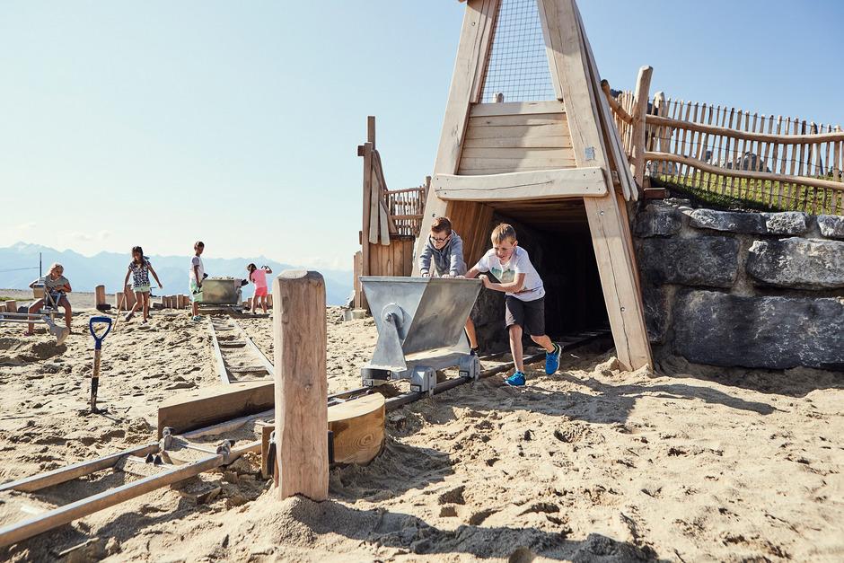 Das Kinderbergwerk am Schönjoch (bei Fiss) ist einer von vielen Bausteinen der familienfreundlichen Infrastruktur. Diese ist wesentliches Erfolgsrezept der Tourismusregion Serfaus-Fiss-Ladis