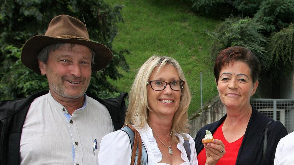 Christian Sturm, Gerti Sturm (Gertis Ladele Untertösens) und Hanni Ruetz (v.l.) griffen bei den regionalen Schmankerln gerne zu.