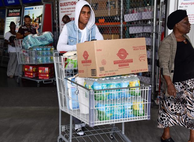 Viele kaufen Trinkwasser und andere Vorräte für den Notfall und räumen so Supermarktregale leer.