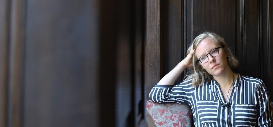 """Raphaela Edelbauer gewann 2018 den Publikumspreis beim Klagenfurter Bachmann-Wettbewerb. """"Das flüssige Land"""" ist ihr erster Roman."""