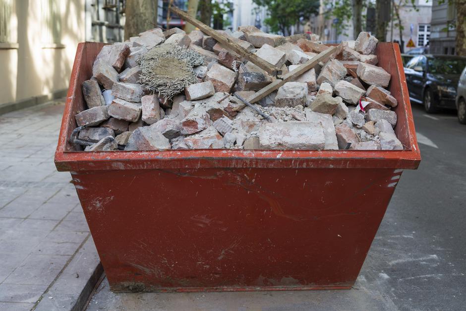 Nach wie vor lagert laut Behörde auf den Standorten des Recyclingunternehmens u.a. zu viel Bauschutt.