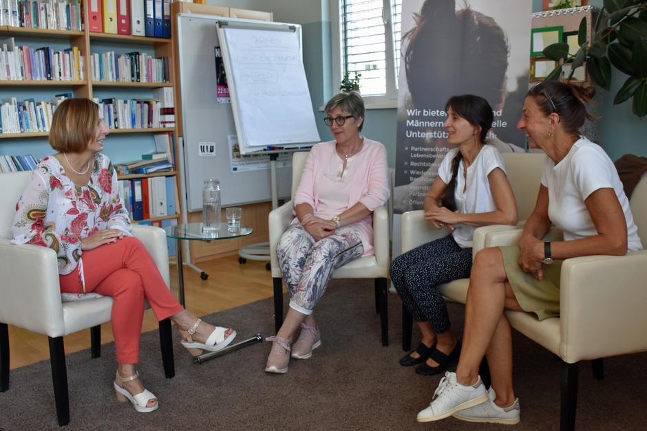 LR Gabriele Fischer im Gespräch mit den BASIS-Mitarbeiterinnen Gabriele Schick, GF Evelyn Mages und Klaudia Henn-Meßmer (v.l.).