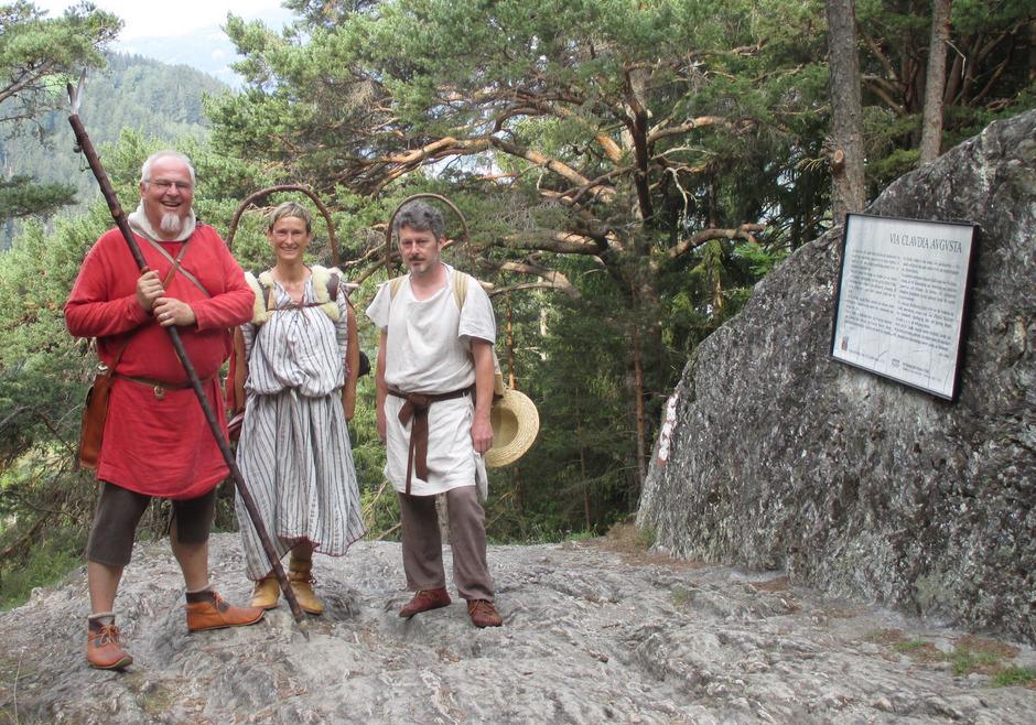 Die drei Wanderer in eisenzeitlicher Bekleidung trafen kürzlich auf der Fließer Platte ein.