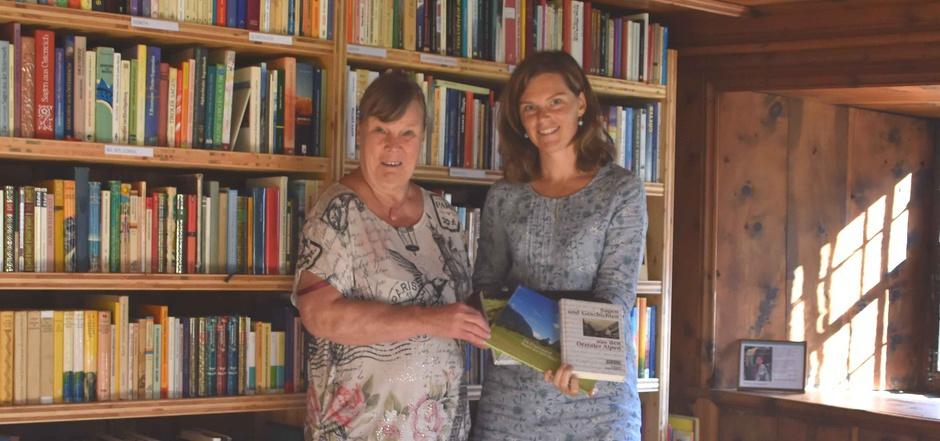 """Barbara Weber und Edith Hessenberger (v.l.) in der neuen """"Ötztaler Sagenstube"""" in Längenfeld."""
