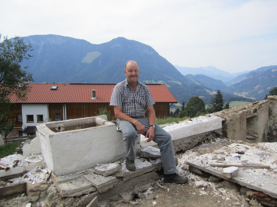 Christian Feiersinger auf den Resten des alten Hauses.