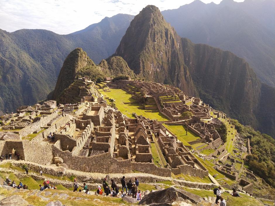 So kennt man Machu Picchu von Fotos: Ein paar Menschen streifen durch die Inka-Stätte und genießen die Ruhe und den Zauber des Ortes.