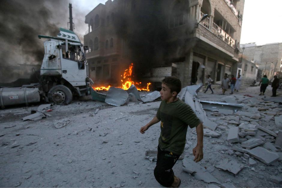 Szenen nach einem Bombenabwurf der syrischen Armee in Idlib.