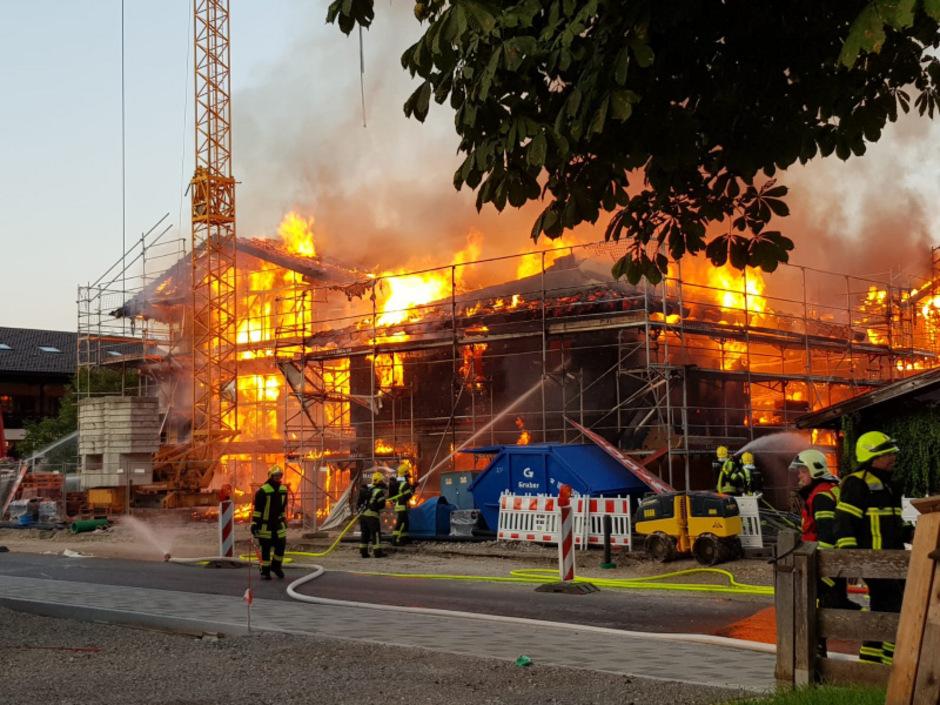 Das große Holzgebäude stand am Freitagabend in Vollbrand.