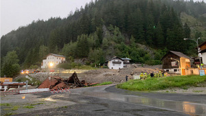 Die Tiroler Straße bei Strengen wurde nach dem Murenabgang gesperrt.