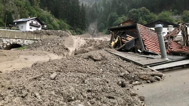 Eine Tischlerei wurde bei dem Murenabgang in Strengen komplett zerstört, drei weitere Gebäude in Mitleidenschaft gezogen.