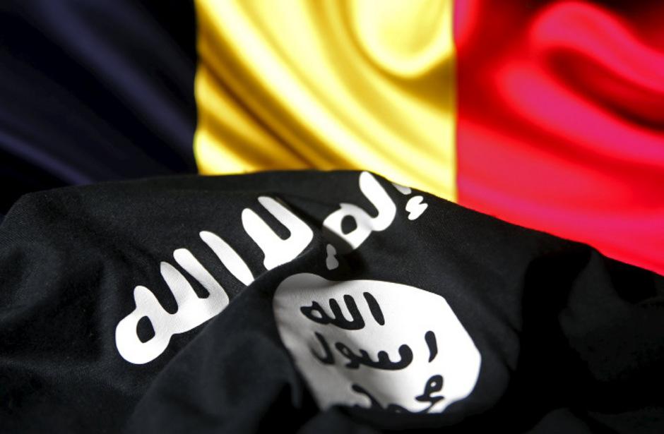 Belgische Flagge und Flagge der Terrormiliz Daesh (IS).