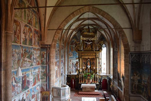 Den reichhaltigen Freskenzyklus schuf Simon Marenkl aus Taisten, einst Haus- und Hofmaler der Görzer Grafen.