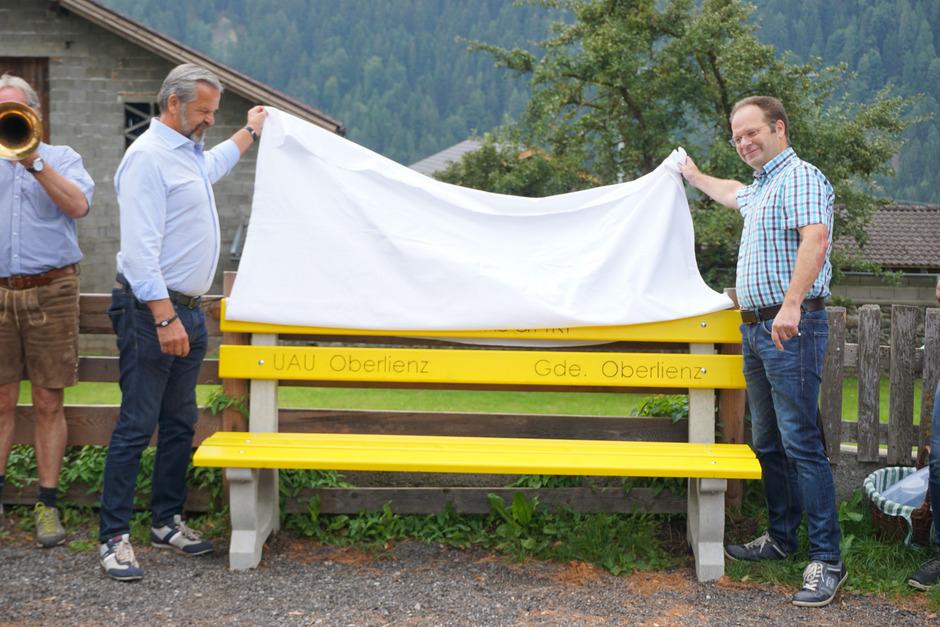 Bürgermeister Martin Huber (l.) und Thomas Pedarnig enthüllten das Mitfahrbankl beim Gemeindezentrum.