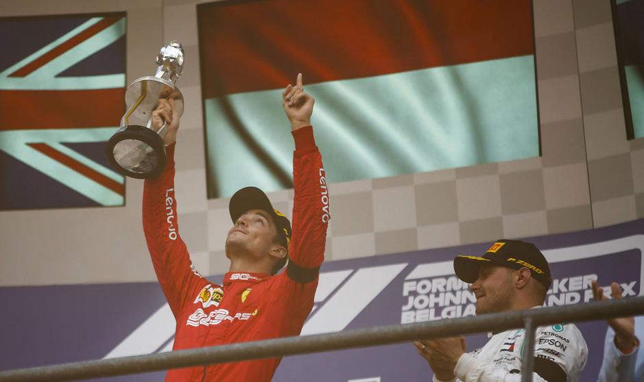 Die Trophäe in der Hand, den Finger Richtung Himmel: Die Gedanken von Leclerc waren im Moment seines größten Triumphes bei Anthoine Hubert.