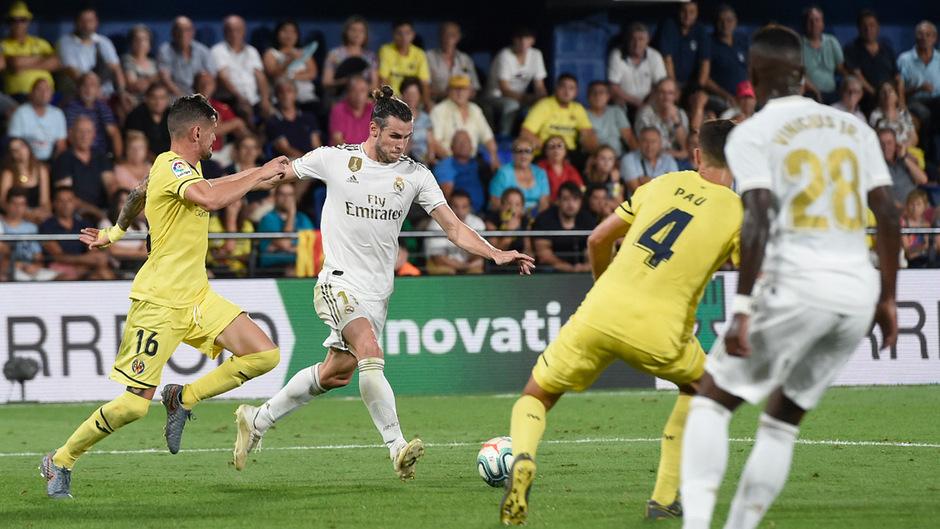 Gareth Bale (2.v.l.) rettet mit seinen zwei Toren Real einen Punkt.