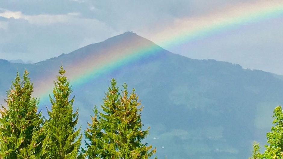 Ein Regenbogen vor der Hohen Salve: Im Vergleich zum Rest Österreichs bekamt Tirol im August viel Regen ab - vor allem im Bezirk Landeck.