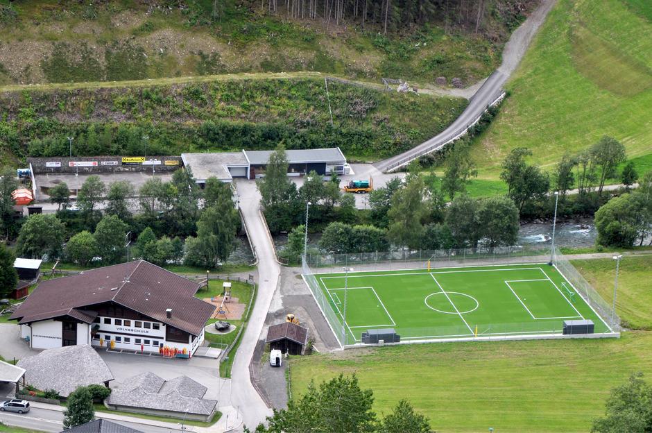 Der neue Kleinfeld-Sportplatz mit Kunstrasen liegt direkt gegenüber der Volksschule und dem Kinderspielplatz in Hopfgarten.