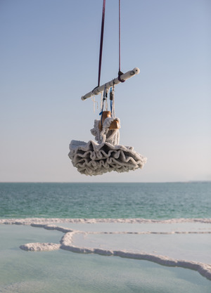 Hebung eines von Sigalit Landau im Toten Meer versenkten Tutu.