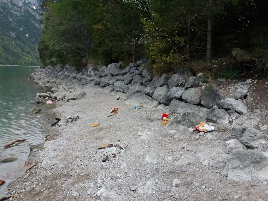 So sieht es an Tirols größtem See oft nach warmen Abenden aus: zurückgelassener Müll am Ufer ...