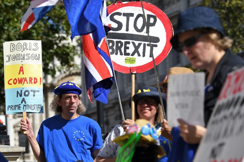 """""""Boris Johnson ist ein Feigling, kein Premierminister"""", steht auf dem Schild dieses Demonstranten."""