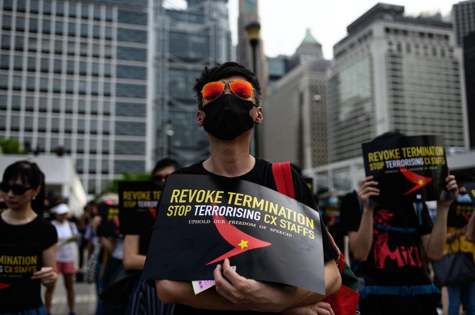 Die Demonstranten sind meist schwarz gekleidet und tragen Gesichtsmaske.