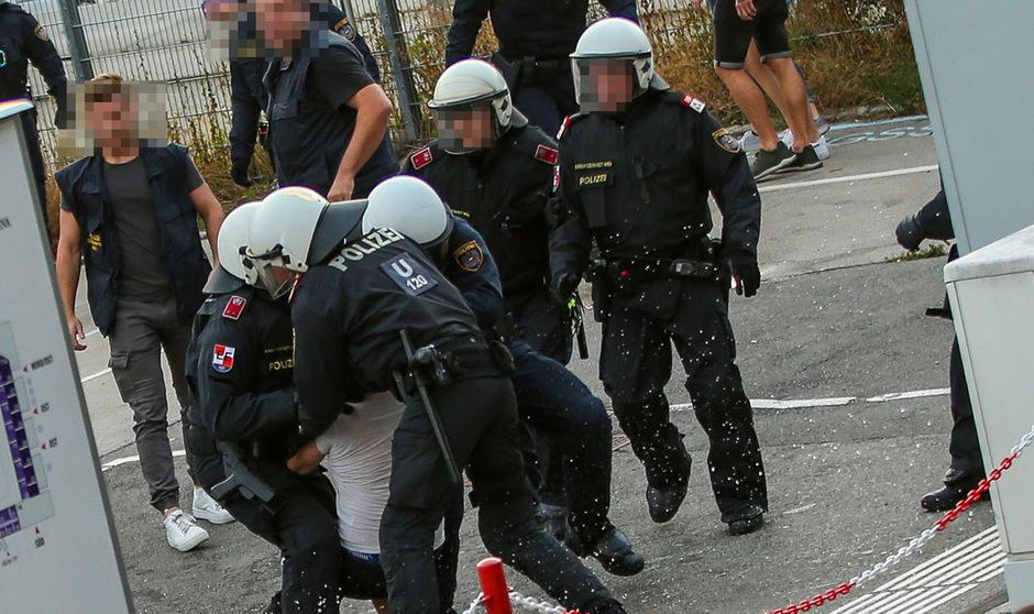 Insgesamt nahm die Polizei beim Derby fünf Personen fest.