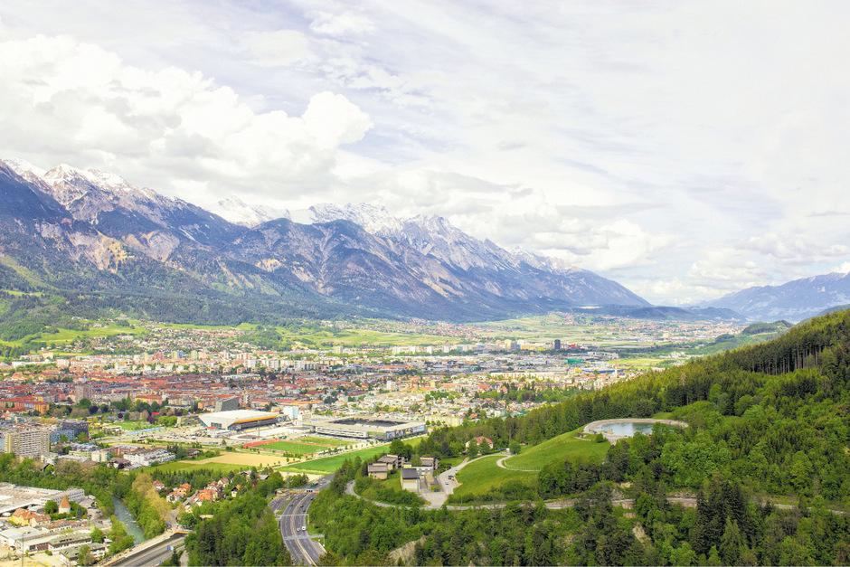 Der Blick von Innsbruck ins Unterland zeigt, wie sehr die Gemeinden schon zusammengewachsen sind. Mit dem Bauboom kam der Zuzug und der überfordert viele Gemeinden. Sie mauern gegen Bauträger.