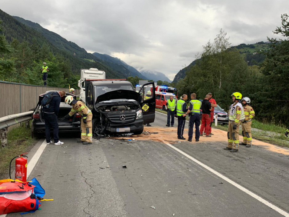 An allen 3 Fahrzeugen entstand Totalschaden.