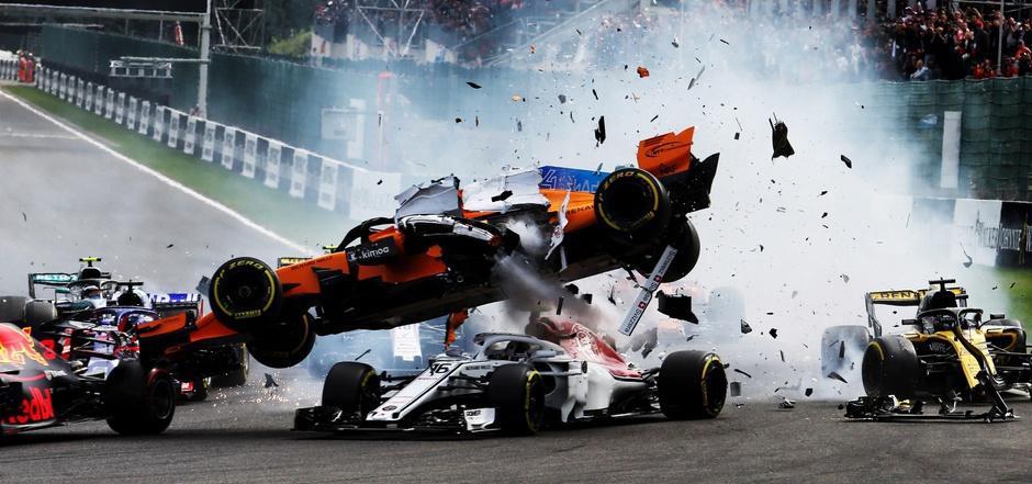 """In Bruchteilen von Sekunden kann im Motorsport etwas passieren: Der Überrollbügel (""""Halo"""") schützte Spa-Francorchamps-Sieger Charles Leclerc (Nr. 16 – damals Alfa Romeo) 2018 vor Verletzungen."""