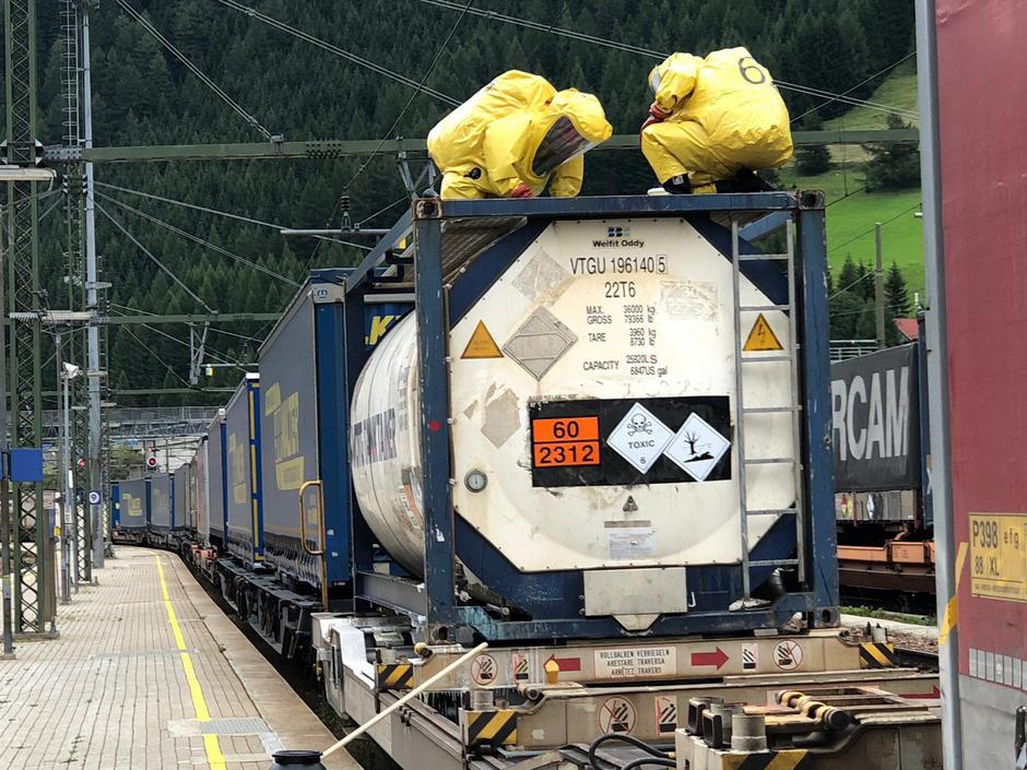 Orange Warntafeln kennzeichnen Gefahrengut. Erst Mitte August hatte ein Kesselwagon am Brenner die flüssige, giftige Chemikalie Phenol verloren (im Bild die Einsatzkräfte).