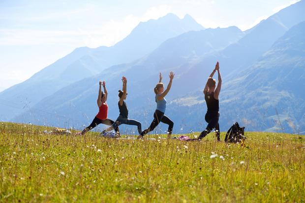 Gesundes Körperbewusstsein und die heilsame Bergwelt treffen beim Mountain Yoga Festival aufeinander.