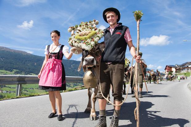 Geschmückte Kühe und flotte Senner trifft man beim Almabtriebsfest in Jerzens.