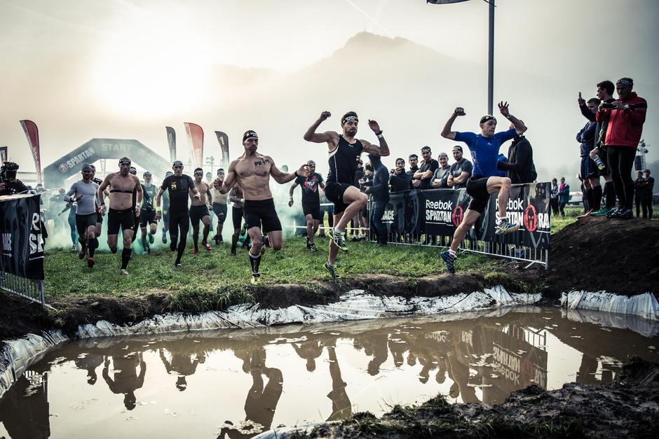 Beim beliebten Spartan Race in Oberndorf kann man an sportlichen Grenzen gehen und sich im Team Work üben.