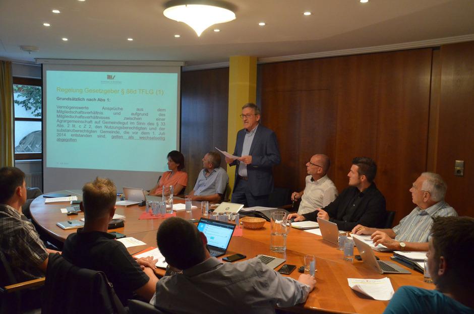 Der Steuerberater Othmar Schönherr (stehend) erklärte dem Mieminger Gemeinderat, welche Rückforderungen die Gemeinde stellen kann. Für GR Ulrich Stern (2.v.r.) waren die Unterlagen unvollständig.
