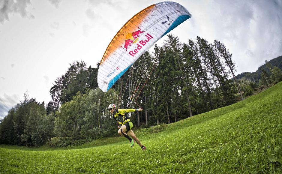 Zu Fuß oder doch durch die Luft? Wenn die Paragleiter (im Bild Aaron Durogati) am Samstag wegen Schlechtwetters nicht fliegen können, laufen sie von der Moosalm ins Lienzer Stadion.