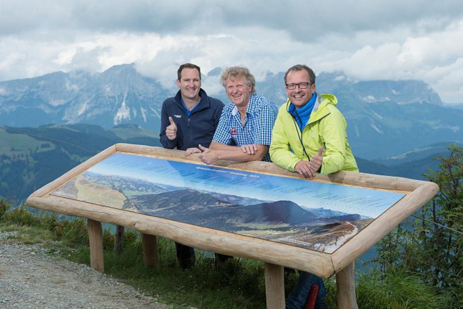 Die Panorama-Schautafel am Himmelsteig: TVB-Ortsstellenleiter Stephan Bannach, Bergbahn-Geschäftsführer Hansjörg Kogler und der Fotograf Markus Mitterer.