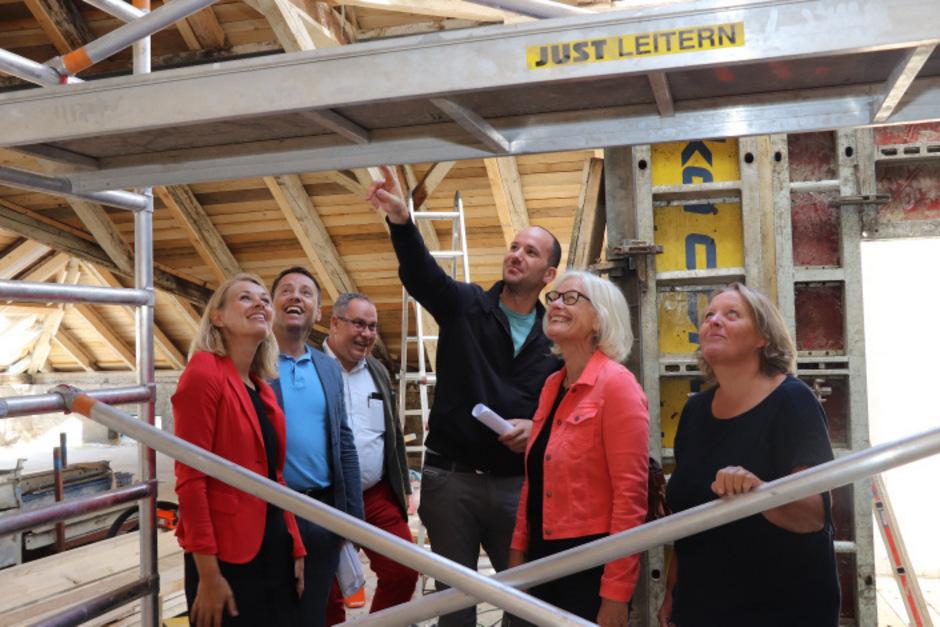 Bestaunten den Dachbodenausbau im neuen Gebäude: StR Elisabeth Mayr, Franz Danler (IIG), Walter Aistleitner (Projektleiter), Michael Pinzger (IIG) und die Direktorin Hildegund Cernin (v.l.).