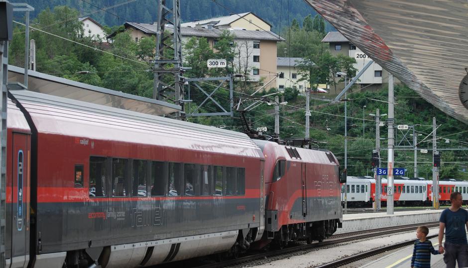 Am Bahnhof Landeck müssten die Züge der künftigen Reschenbahn links in einen Tunnel abbiegen.