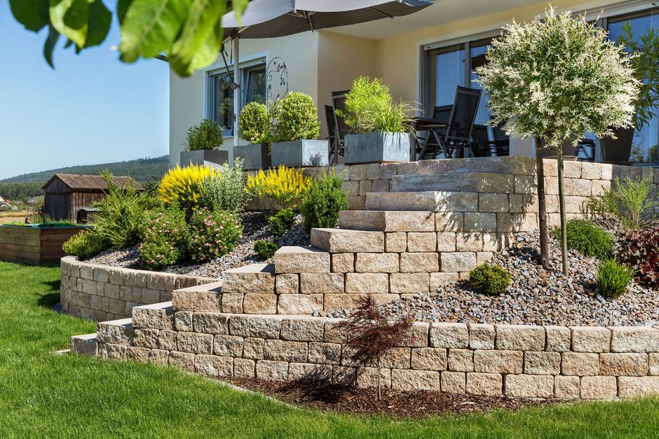 Naturstein, Betonstein und Feinsteinzeug: Die Materialien für die Gestaltung von Freiflächen und Gärten sind schier grenzenlos.
